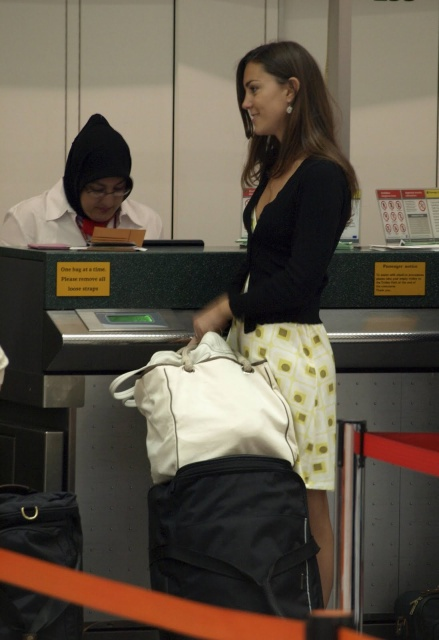 kate_middleton_kate_before_cambridge_at_gatwick_airport_14_july_2007_01_MoVoCuq.sized